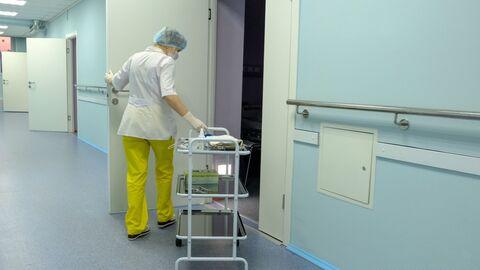 Медицинская сестра в коридоре больницы