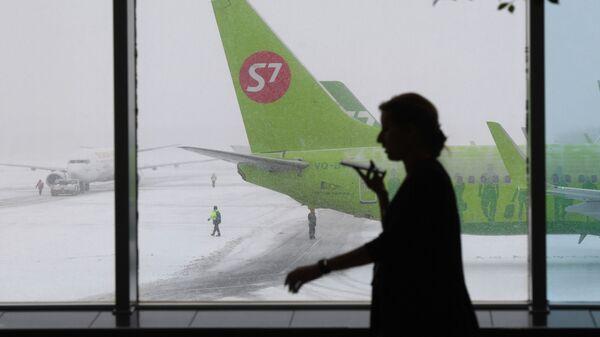 Самолет авиакомпании S7 в аэропорту