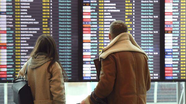 Пассажиры в аэропорту Домодедово