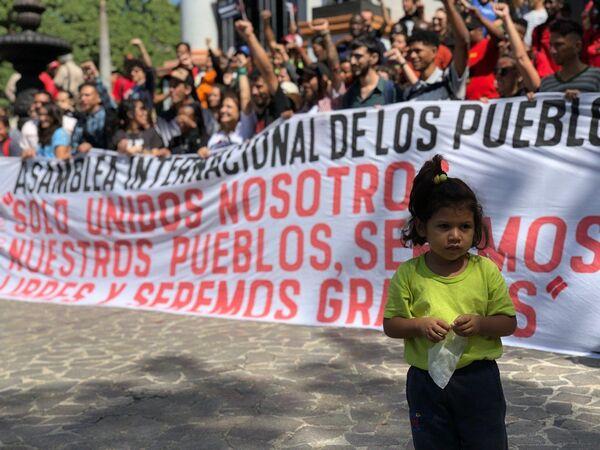 Демонстранты на улице Каракаса