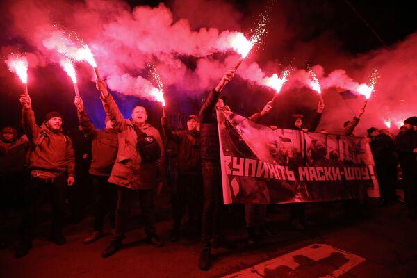 Участники акции против полицейского произвола Бандера, вставай! у здания МВД в Киеве