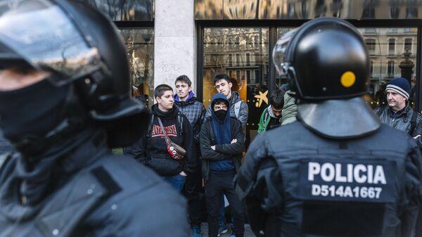 Бастующие и полицейские во время митинга сторонников независимости Каталонии. 21 февраля 2019