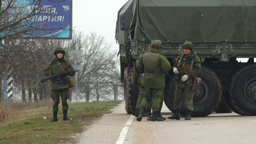 Вооруженные люди блокируют подъезды к аэропорту Бельбек рядом с Севастополем