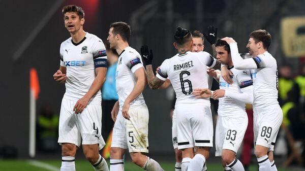 Игроки Краснодара радуются забитому голу в матче против Байер 04