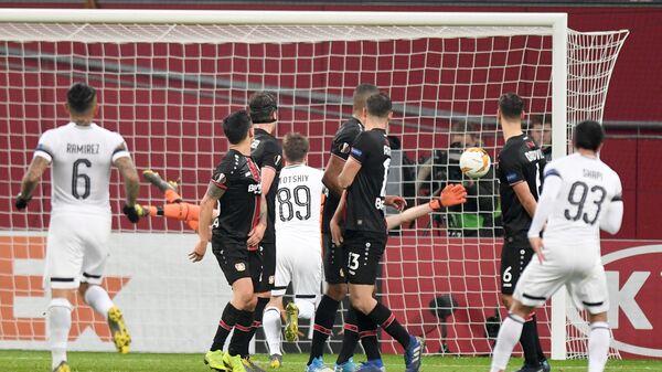 Магомед-Шапи Сулейманов (№93) забивает гол в ворота Байера