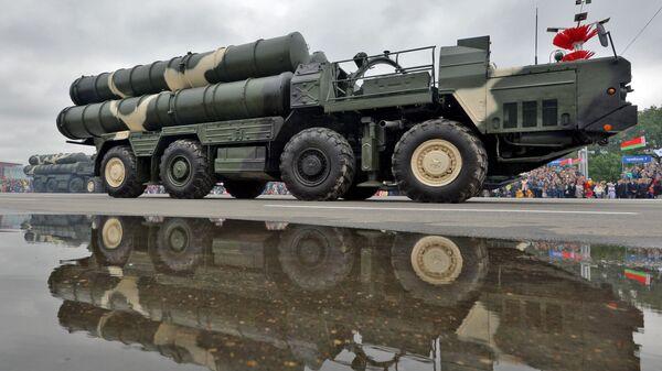 Колонна военной техники во время парада в Минске