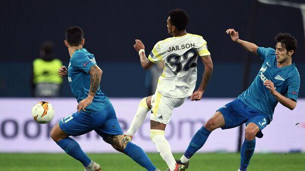 Себастьян Дриусси, игрок Фенербахче Жаилсон и игрок Зенита Сердар Азмун (слева направо)