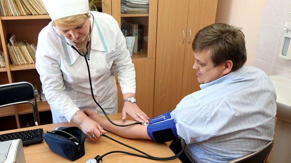 Фельдшер измеряет давление пациенту в фельдшерско-акушерском пункте