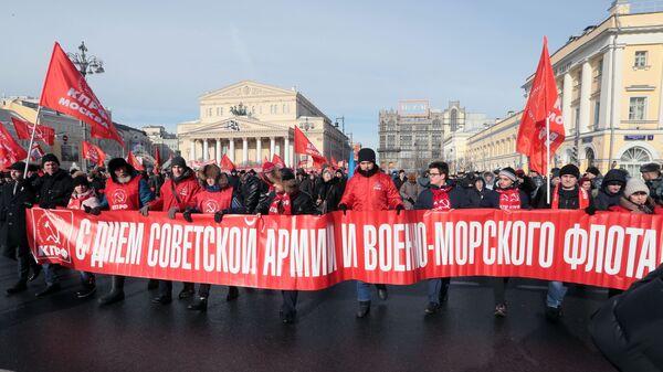 Участники шествия КПРФ, посвященного 101-й годовщине Рабоче-крестьянской Красной армии и Военно-морского флота