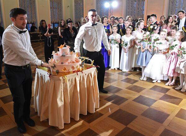 Вынос торта во время Кадетского бала Во славу Отечества! в Доме Пашкова
