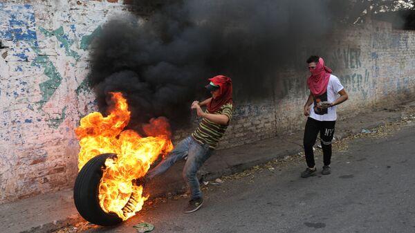 Столкновения сторонников оппозиции с венесуэльскими полицейскими неподалеку от границы с Колумбией