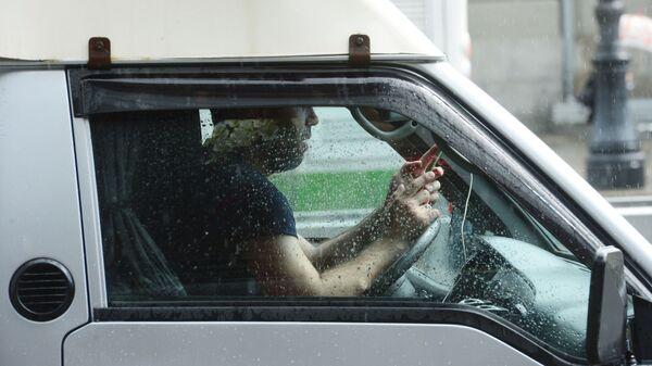 Водитель в машине руль телефон разговор водитель мобильник за рулем