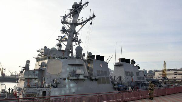 Ракетный эсминец США Дональд Кук в Одесском морском торговом порту