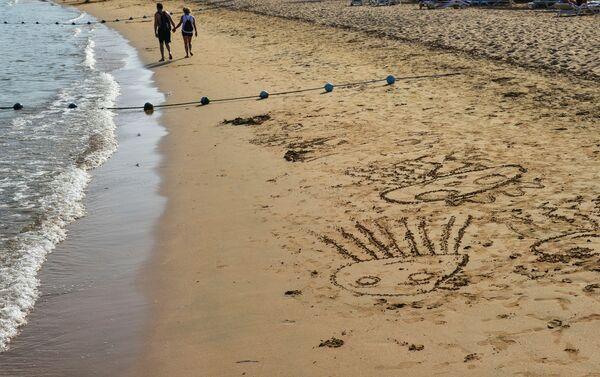 Рисунки на песке на пляже в Шарм-эль-Шейхе