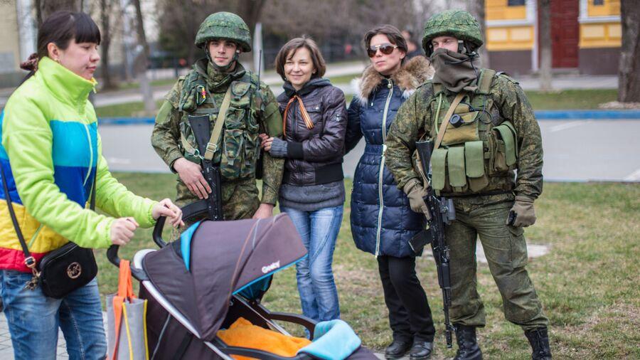 Жительницы Симферополя фотографируются с военными