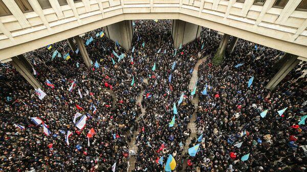 Участники массового митинга  у здания Верховного совета Крыма в Симферополе