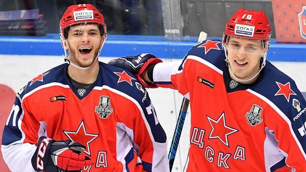 Игроки ПХК ЦСКА Константин Окулов (слева) и Максим Шалунов