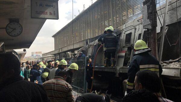 Спасатели на месте крушения поезда в Каире, Египет. 27 февраля 2019