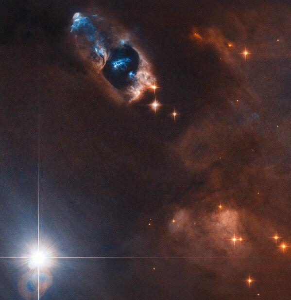 Космический телескоп Хаббл снял доказательства рождения новой звезды — объекты Хербига-Аро, которые получили номера от 7 по 11 (HH 7–11)