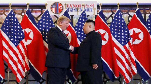 Президент США Дональд Трамп и лидер КНДР Ким Чен Ын Во время встречи в Ханое, Вьетнам. 27 февраля 2019