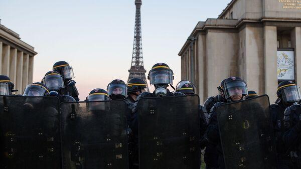Сотрудники полиции во время акции протеста желтых жилетов в Париже