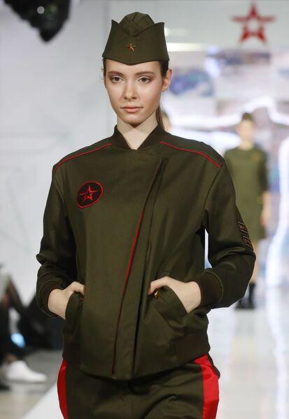 Модель демонстрирует одежду из коллекции Верность отчизне модельера Кристины Колп