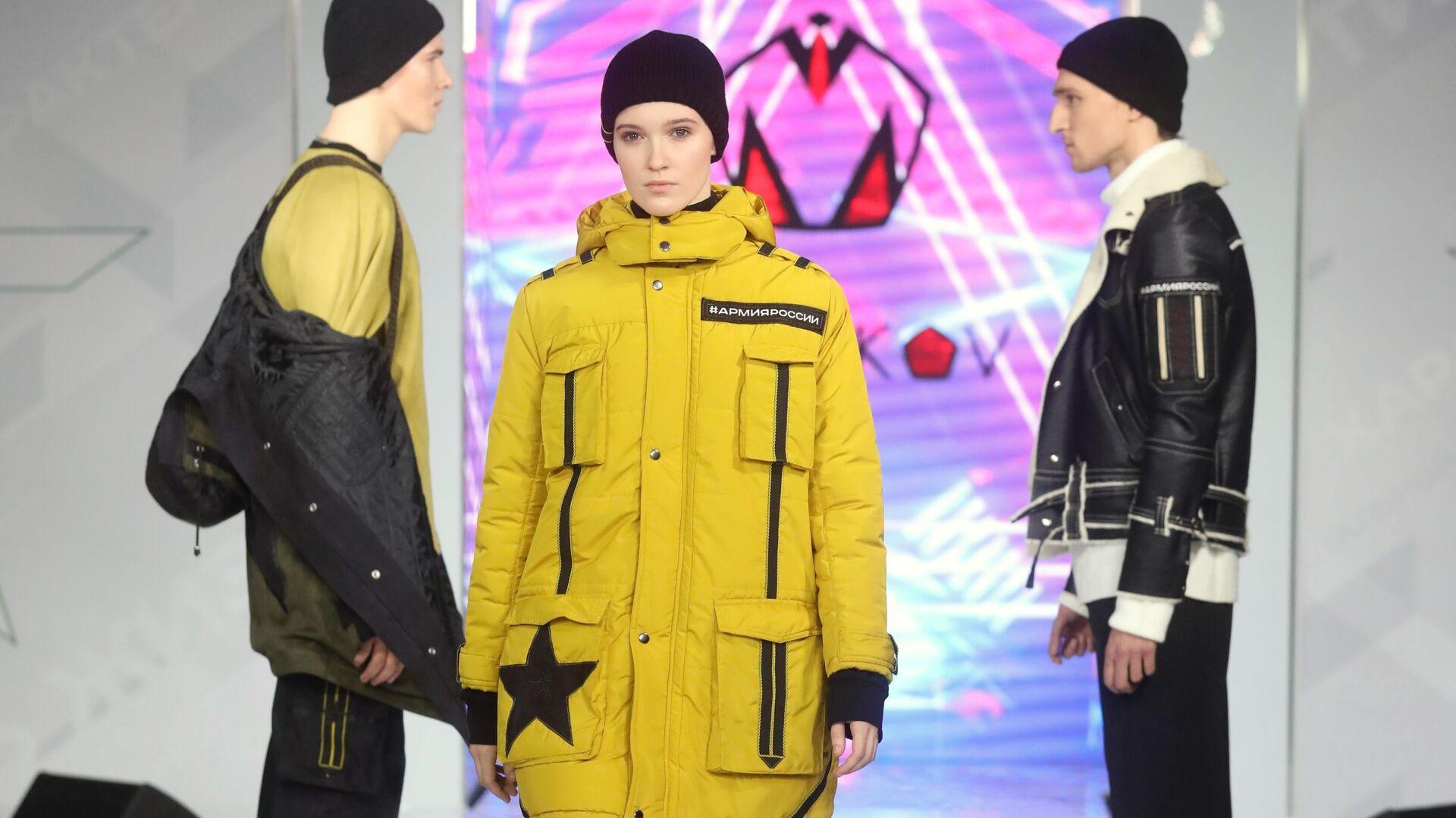 Модели демонстрируют одежду из коллекции Форма одежды номер 7 модельера Михаила Манакова - РИА Новости, 1920, 04.02.2021