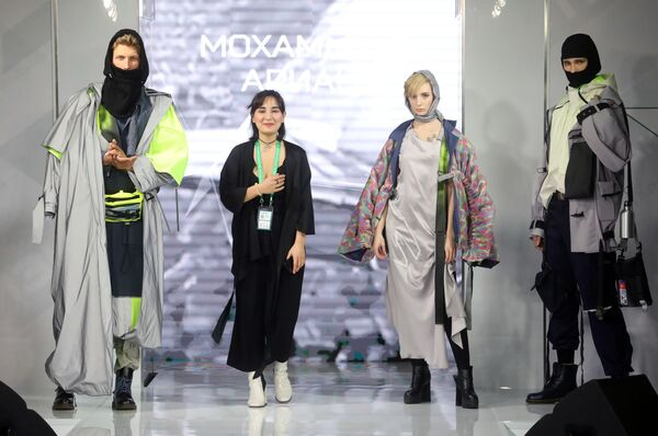 Модели демонстрируют одежду из коллекции Проспект Мира модельера Арианы Мохаммади