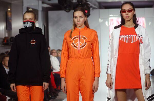 Модели демонстрируют одежду из коллекции Мир модельера Натальи Плетюхиной