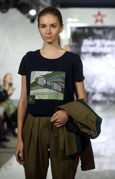 Модель демонстрирует одежду из коллекции Военная история сквозь призму костюма модельера Елизаветы Лалетиной