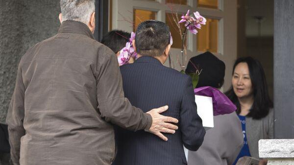 Финансовый директор компании Huawei Мэн Ваньчжоу в дверях своего дома в Ванкувере, Канада