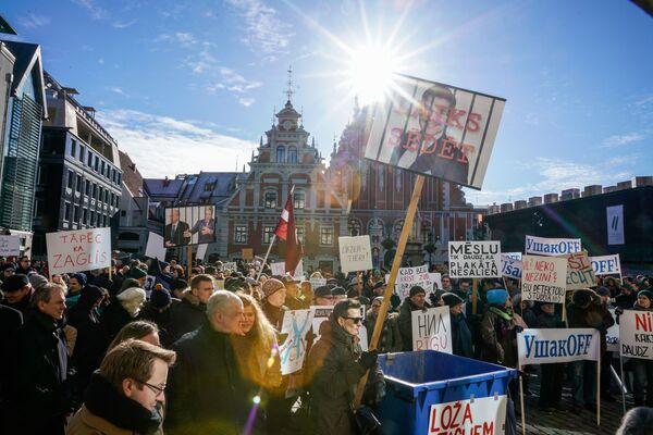 Участники акции против мэра Риги Нила Ушакова и за роспуск Рижской думы на Ратушной площади. 2 марта 2019