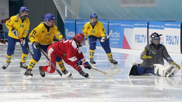 Женская студенческая сборная России по бенди в матче со шведками