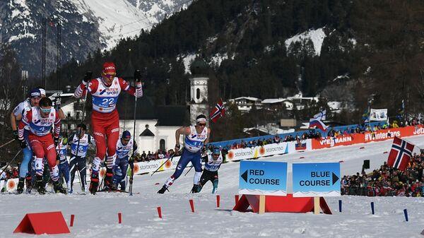 Справа налево на первом плане:  Александр Большунов (Россия) и Андрей Мельниченко (Россия)