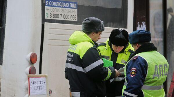 Сотрудники ДПС на месте ДТП с участием автобуса в Москве