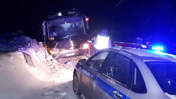 Автобус, съехавший в сугроб на трассе в Челябинской области. 4 марта 2019