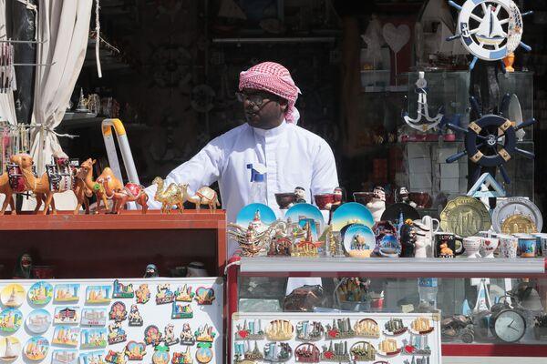 Продавец в своем магазине на старом рынке в Дохе