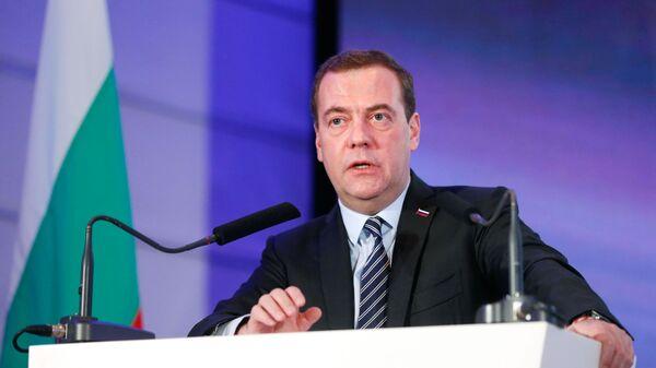 Председатель правительства РФ Дмитрий Медведев выступает на открытии российско-болгарского бизнес-форума в сфере туризма в Софии