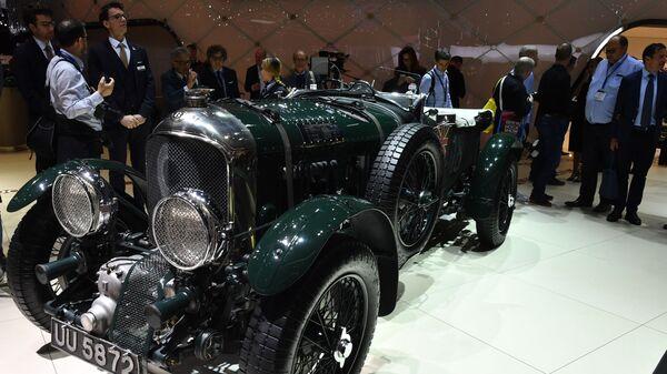 Гоночный автомобиль Bentley Blower №9 на Международном Женевском автосалоне 2019