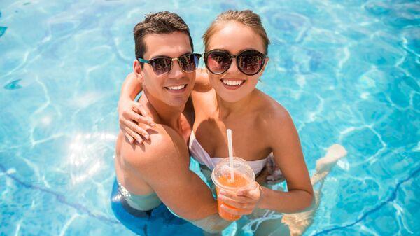 Молодая пара в бассейне