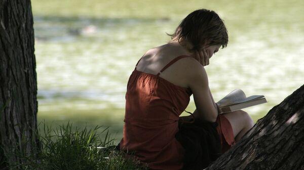 Чтение книги в московском сквере. Архивное фото