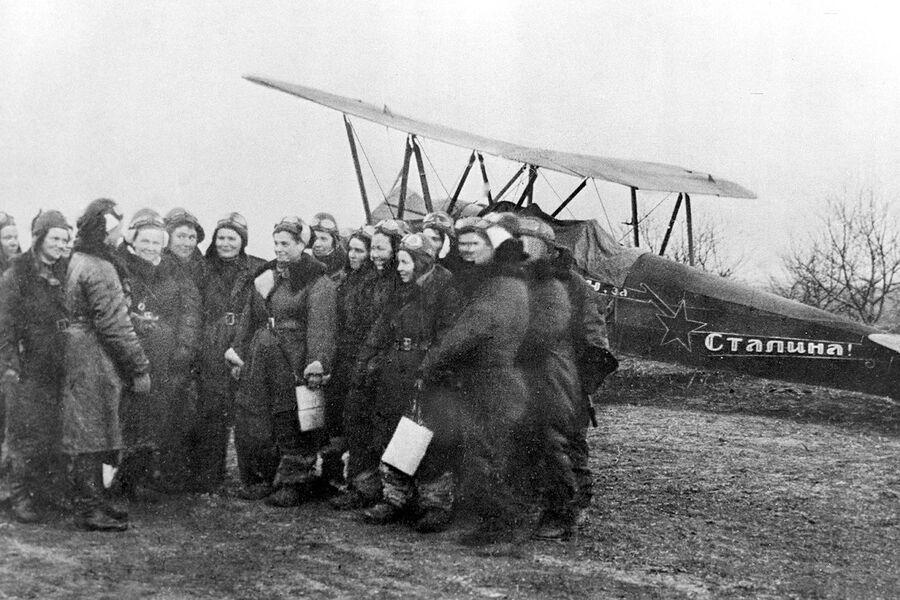 Летчицы 46-го гвардейского ночного бомбардировочного авиационного полка
