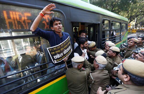 Сотрудники полиции задерживают активистов во время акции протеста с требованием отставки премьер-министра Индии Нарендры Моди и министра обороны Нирмалы Ситхарамана