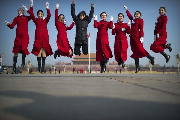 Девушки позируют перед началом Национального народного конгресса в Пекине