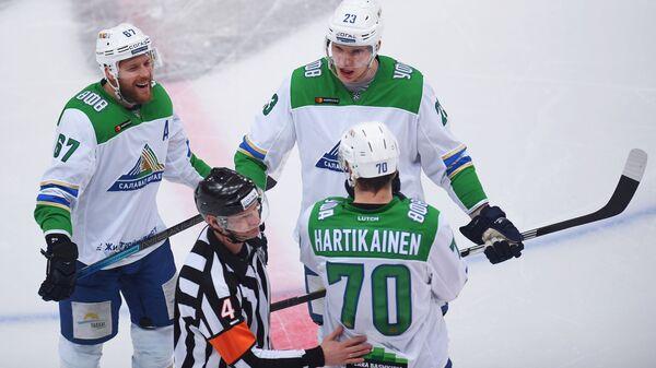 Хоккеисты Салавата Юлаева Линус Умарк, Йоонас Кемппайнен и Теэму Хартикайнен (слева направо)