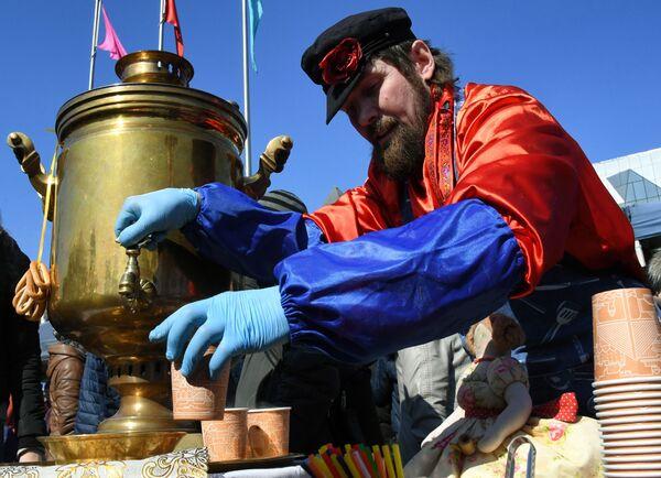 Участник празднования Широкой Масленицы на центральной площади во Владивостоке