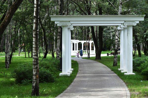 Вымощенная дорожка в Грачевском парке