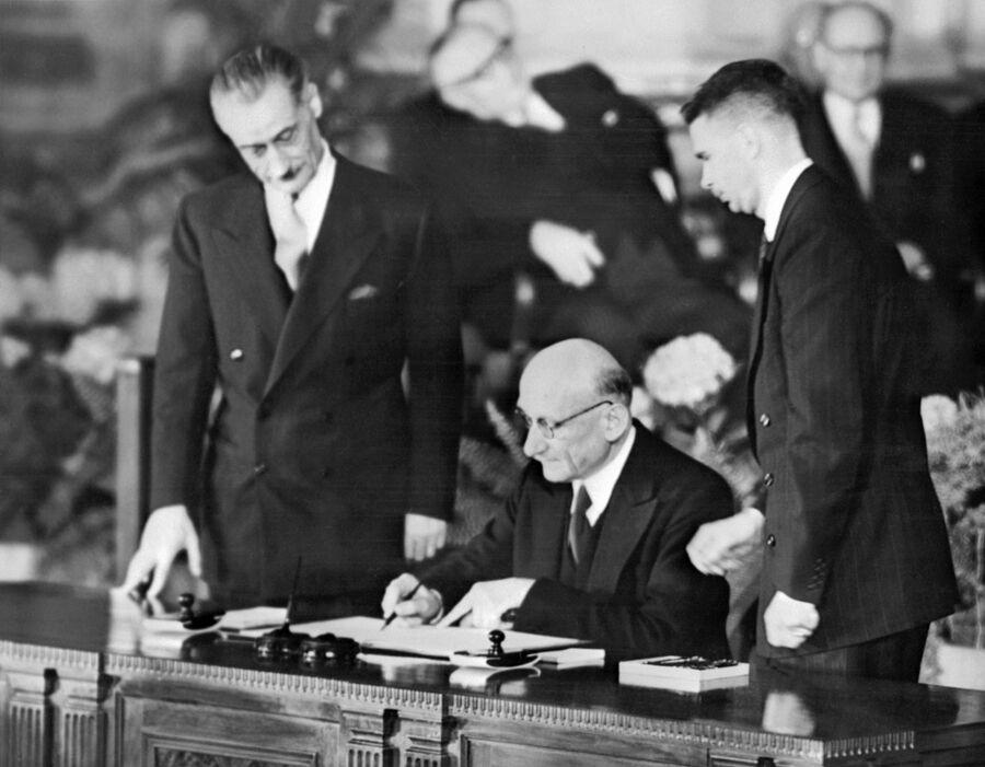 Министр иностранных дел Франции Робер Шуман подписывает Североатлантический договор в Вашингтоне. 4 апреля 1949