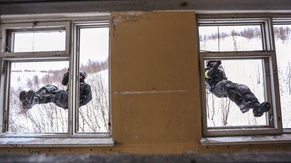 Бойцы во время тренировки в условиях Арктики подразделения СОБР Россомаха управления Росгвардии по Мурманской области