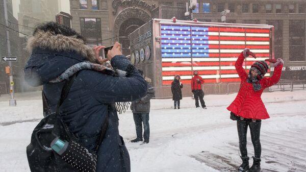Молодые люди на площади Таймс-сквер в Нью-Йорке